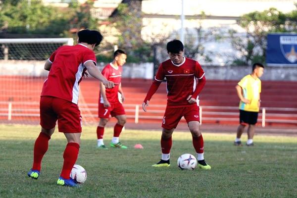 Tin bóng đá sáng 6/11: Việt Nam phải tập ở sân cực xấu tại Lào